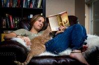 Kobieta czytająca książkę